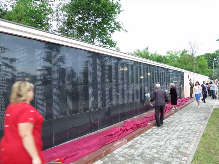 Стена памяти на площади Славы в Козельске