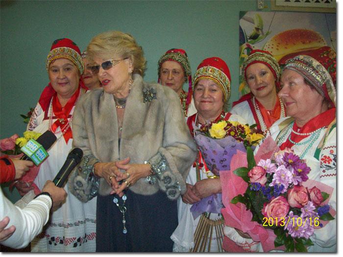 Президент фестиваля Светлана Дружинина и певицы Дешовского народного хора